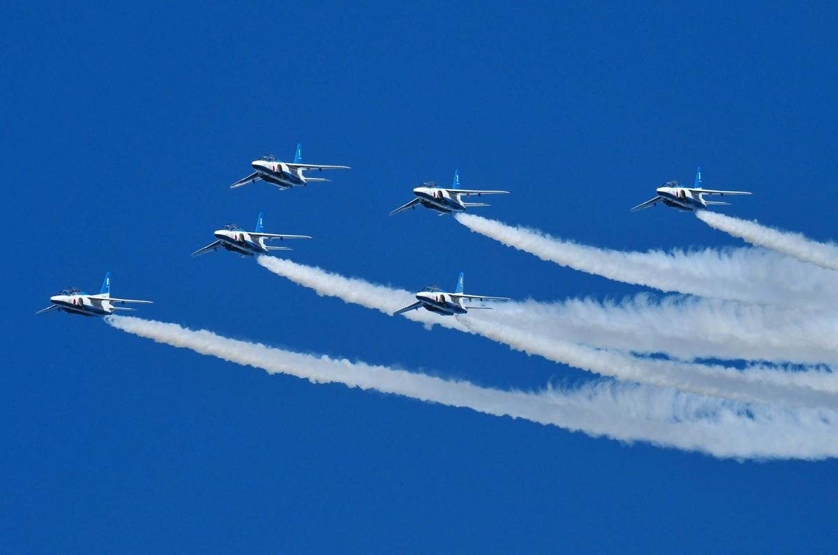 弘前さくらまつりの開幕式で飛行する「ブルーインパルス」(写真提供:吉田勝春さん)