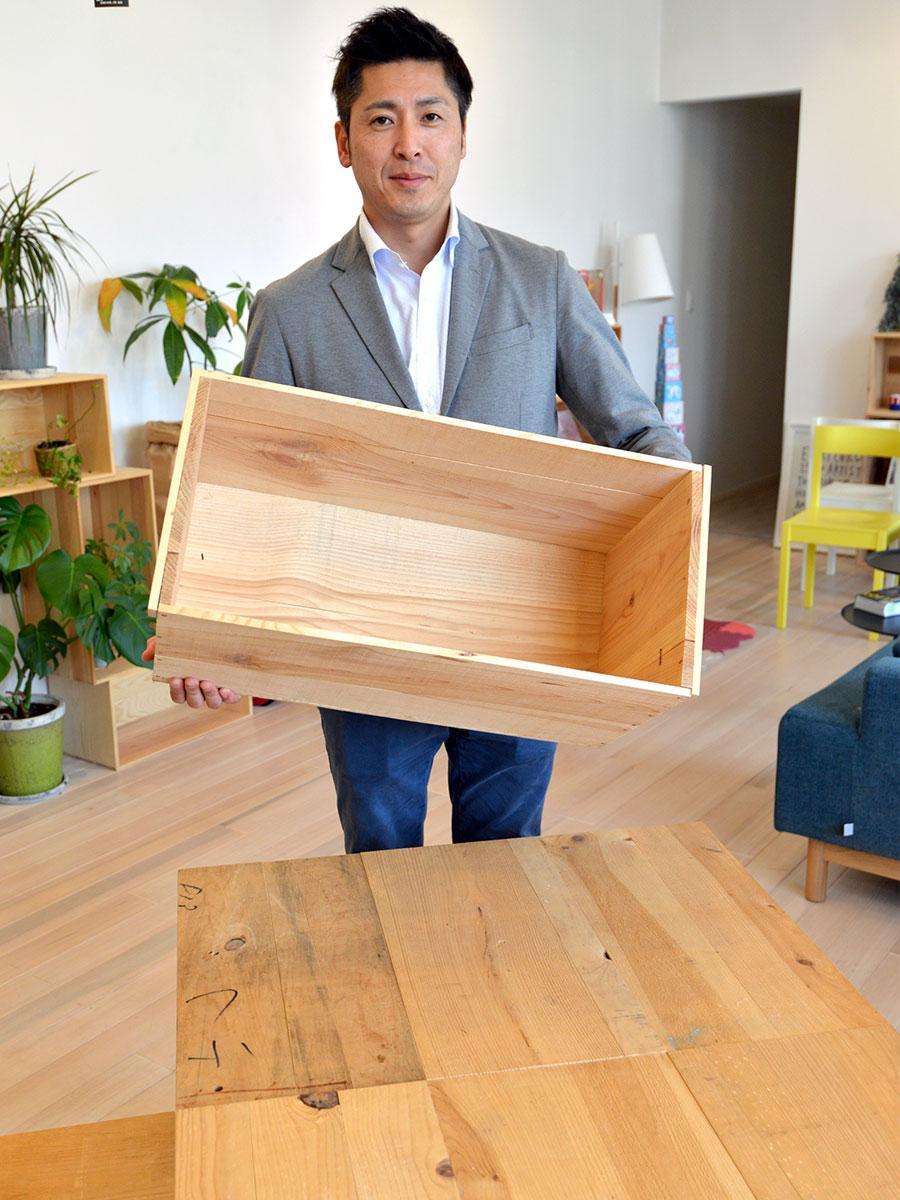 「又幸」を立ち上げた姥澤大さん。手前には木箱を再利用して作ったテーブル