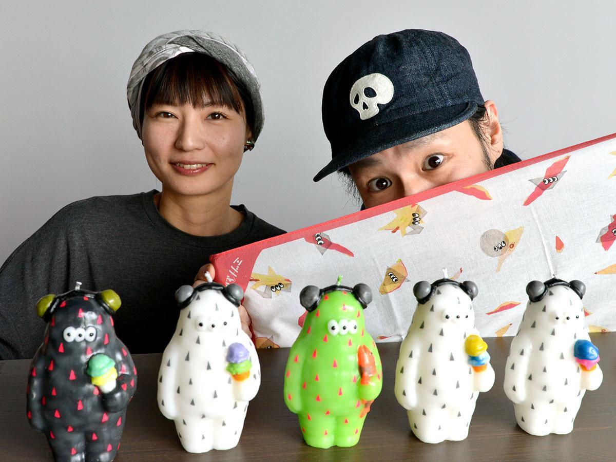 FUJILABOの藤原恵介さん(右)と藤原歩さん(左)。手前にはオリジナルキャラクター「ミツメ」モンスター