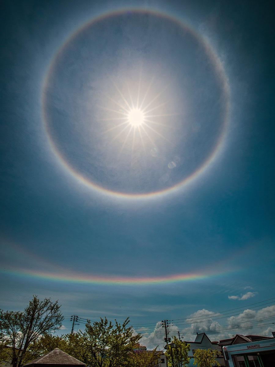 弘前市大町から撮影された自然現象「ハロ」と「「環水平アーク」(写真提供:成田佑貴さん)