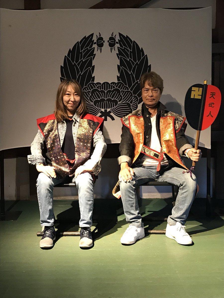 甲冑の衣装を着ている声優の古谷徹さん(右)と高山みなみさん(左)(古谷徹さんのツイッターより)