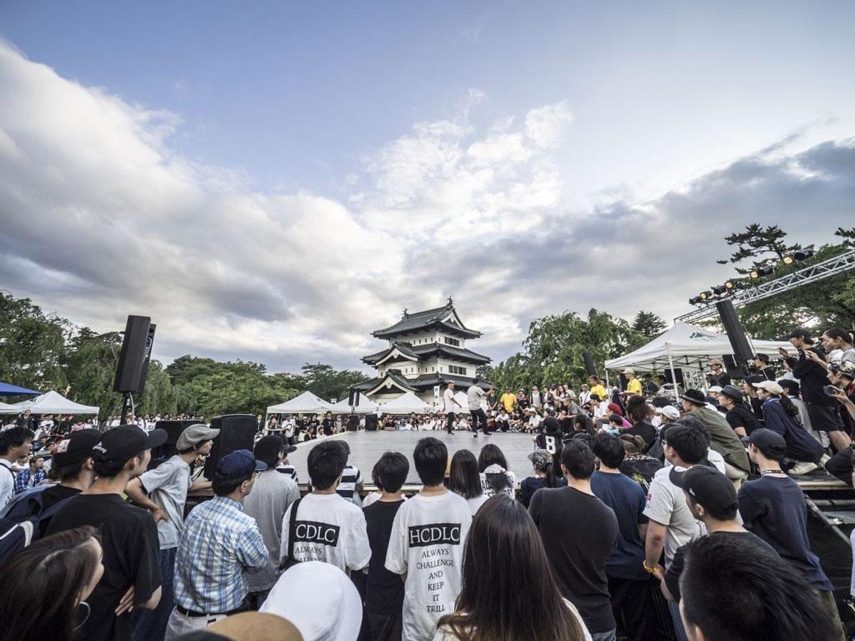 弘前城天守の前で踊るダンサー(昨年の様子)