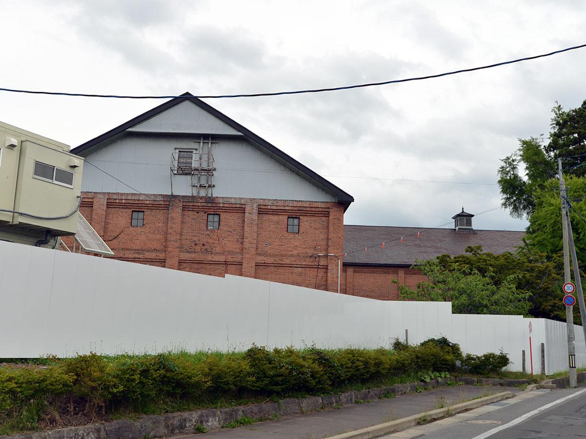 白い仮囲いと吉野町煉瓦倉庫。近づくことができなくなった