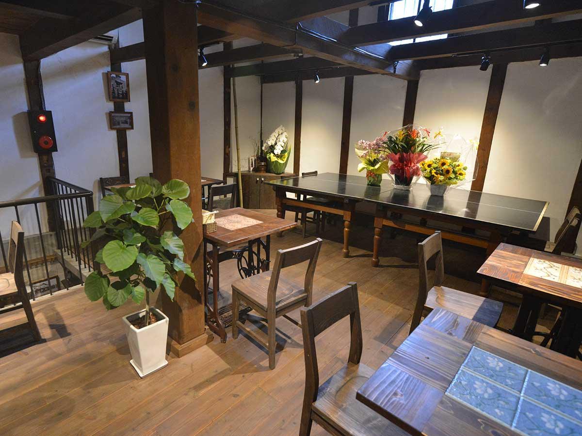 2階の店内。奥のテーブルは卓球台を活用している
