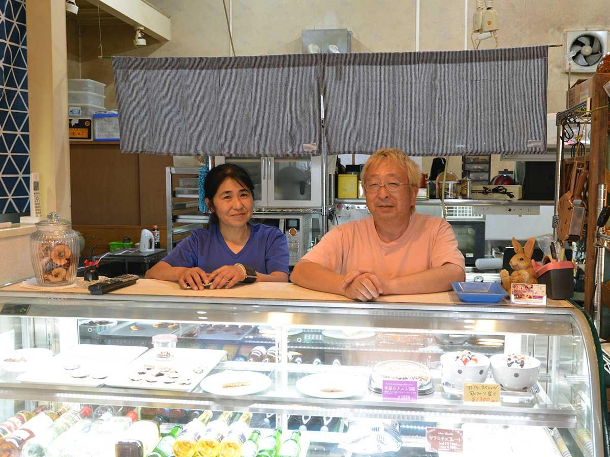 夫婦で営む蝦名哲也さん(右)とゆかりさん(左)