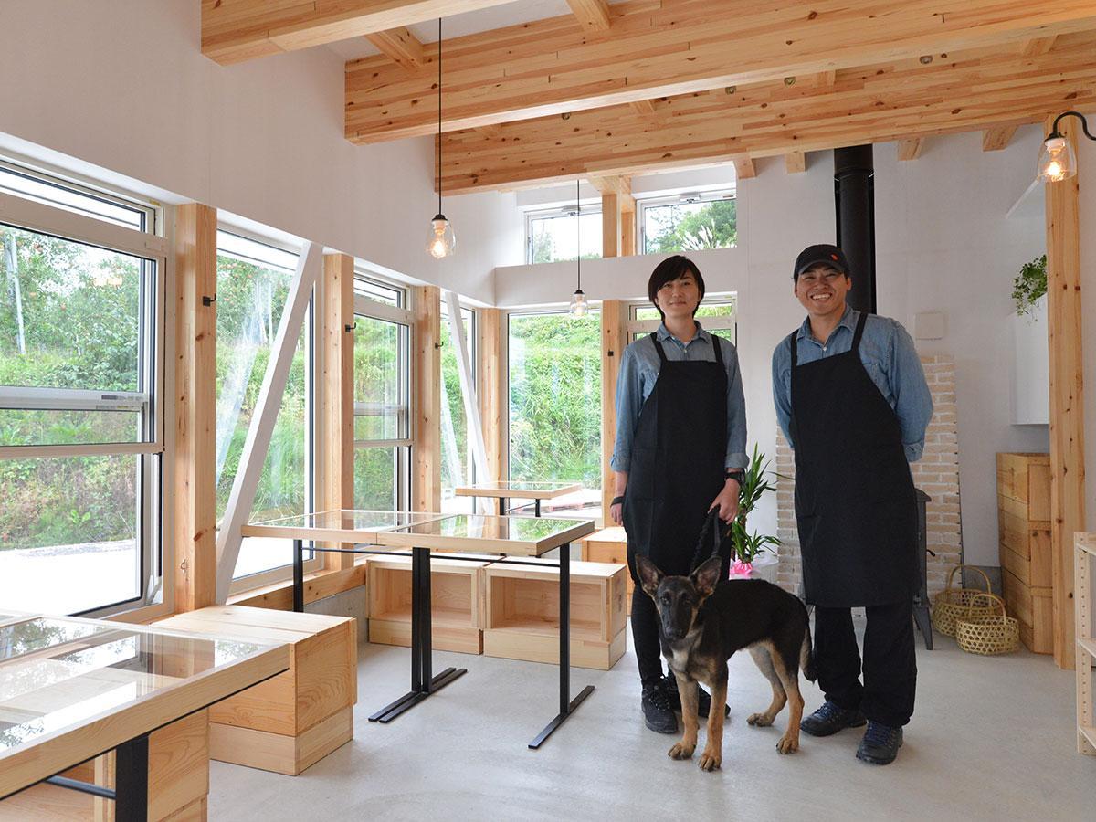 工藤勝由さん(右)と岩川美穂(左)さん、手前にはシェパード犬のウィショーくん