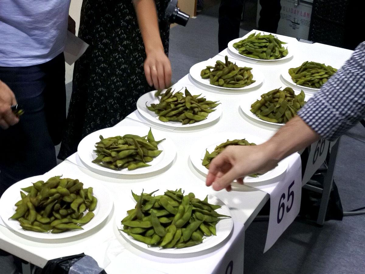 会場内の様子。一般審査員らが毛豆を食べ比べて投票する