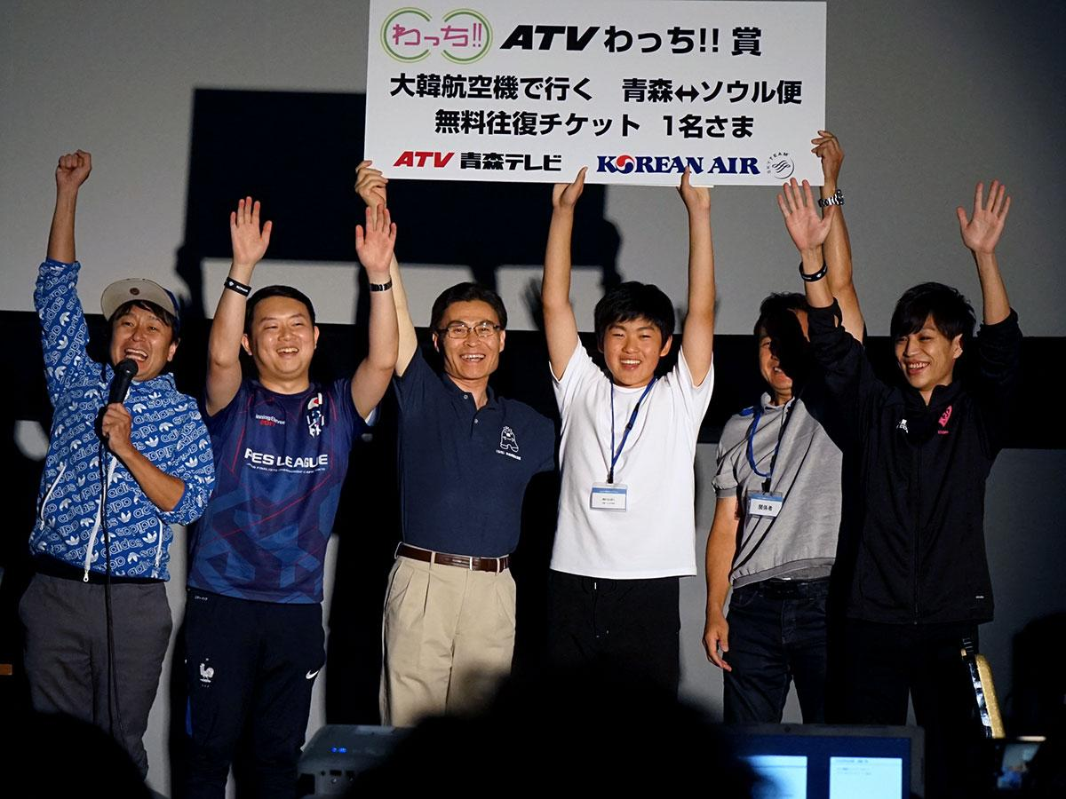 大会で優勝したMurasakiさん(右から3番目)。左から井上まーさん、2番目はプロプレーヤー「かつぴーや」さん。1番右はプロプレーヤー「まーさん」さん