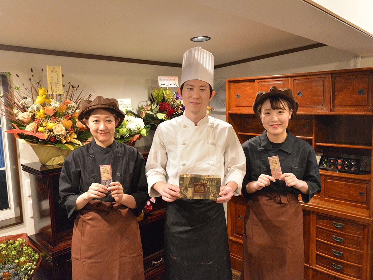 中央が店主の須藤銀雅さん。ショコラティエの米村穂華さん(右)。スタッフの丹藤理沙さん(左)は同級生