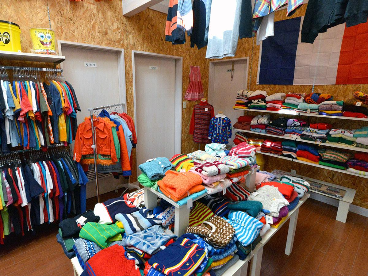 約1500点の古着の子ども服をそろえる店内