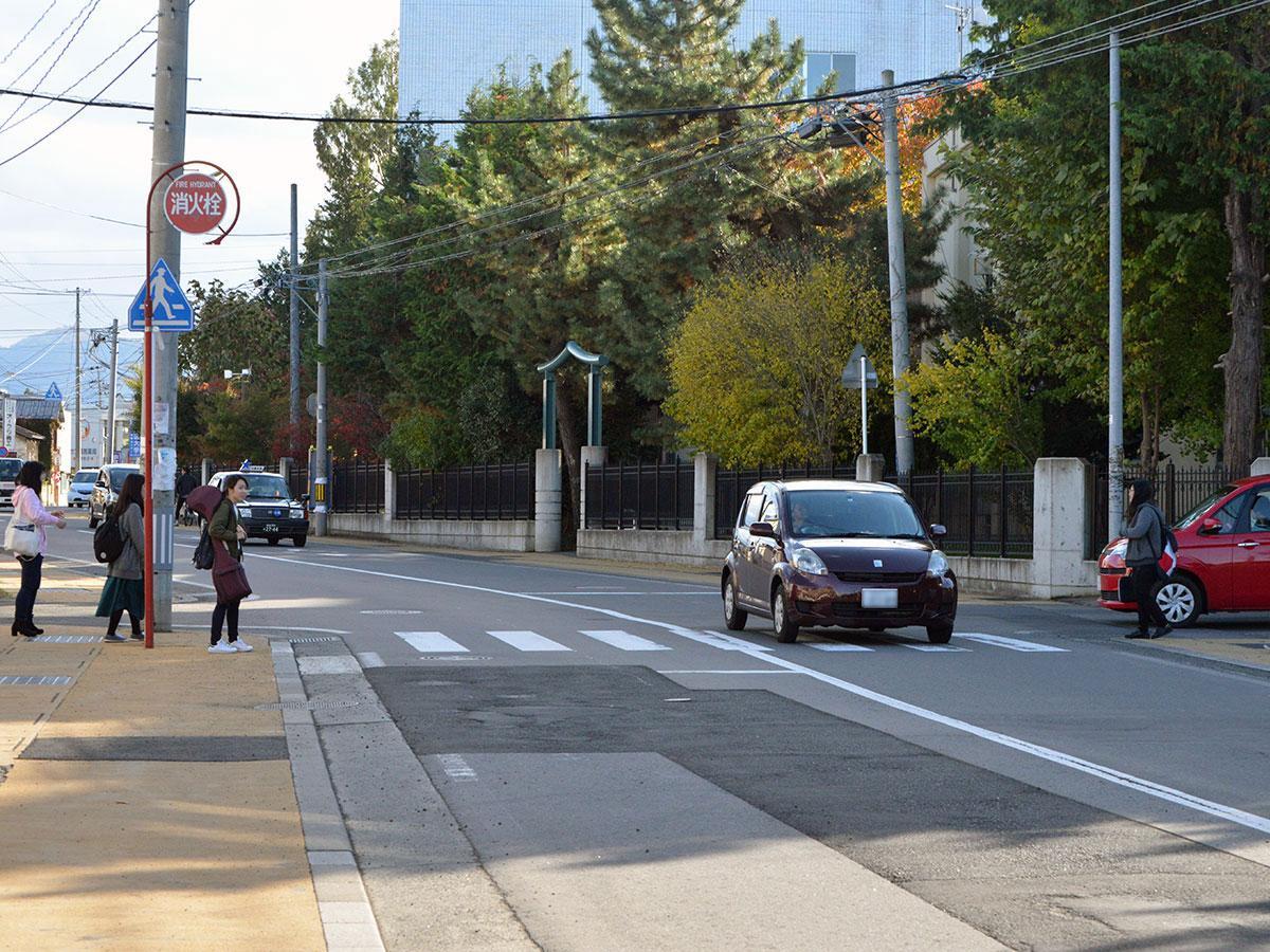 一時停止をしないドライバーが多い弘前大学正門近くにある「信号のない」横断歩道