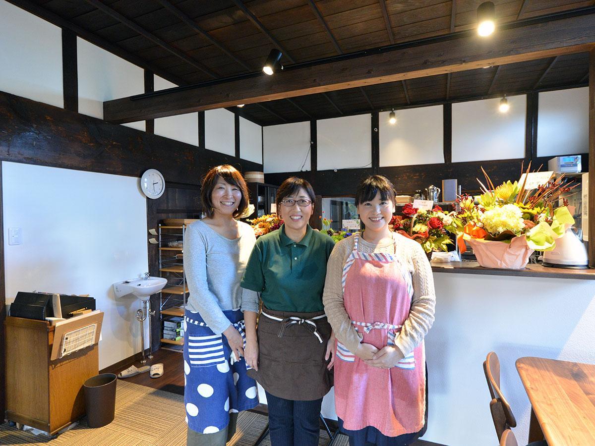 「古民家カフェ山の子」店主の高木恵美子さん(中央)とスタッフ