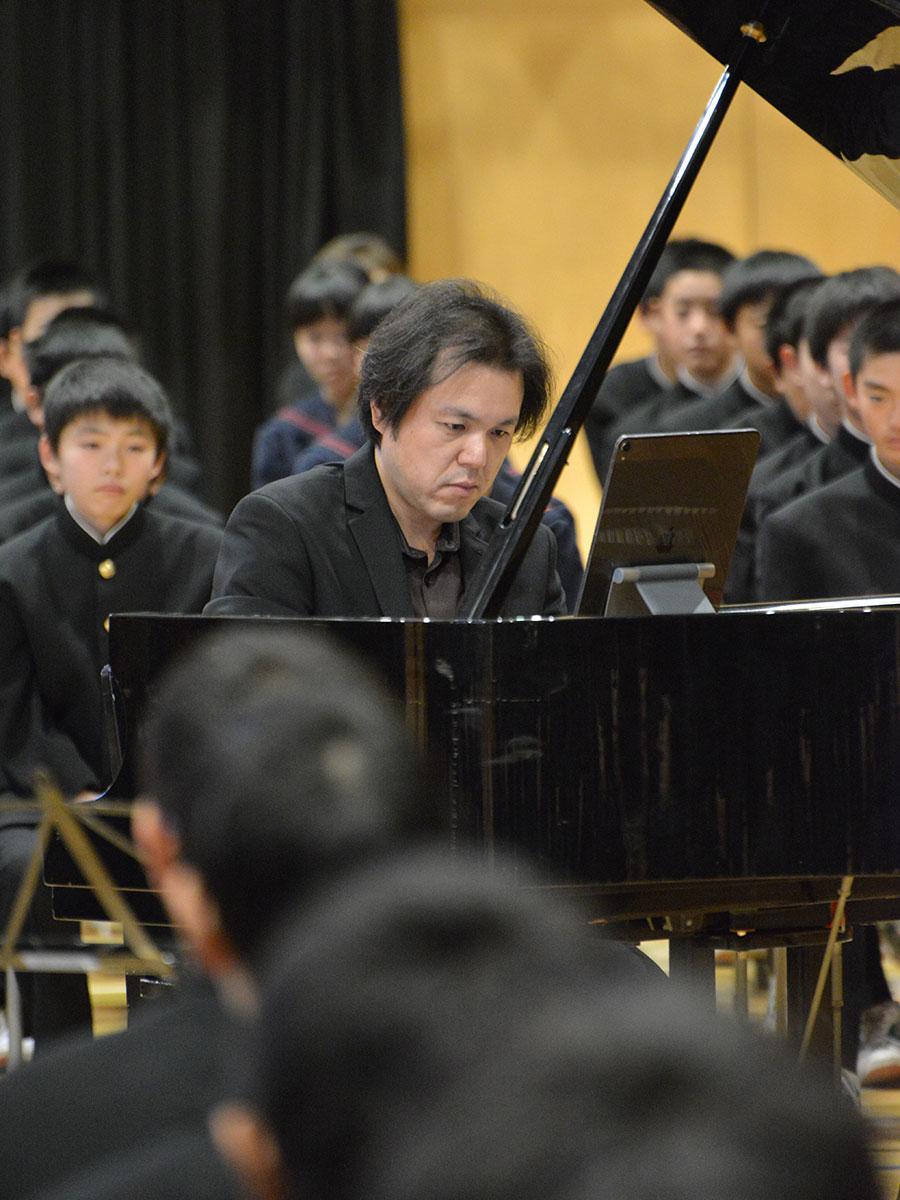 母校の後輩たちにピアノ演奏を披露した金澤恵之さん