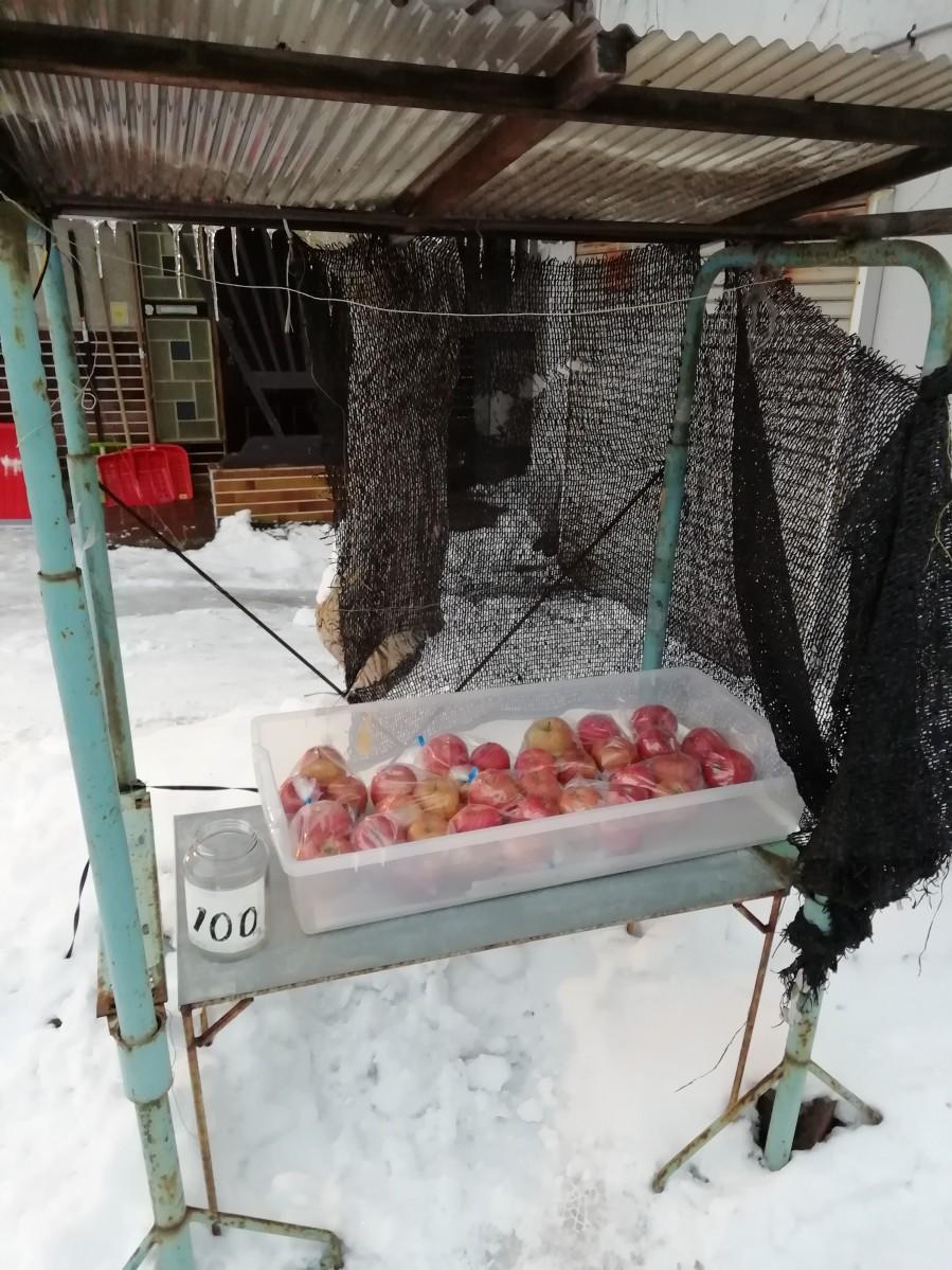 青森にある一般的な無人リンゴ販売所