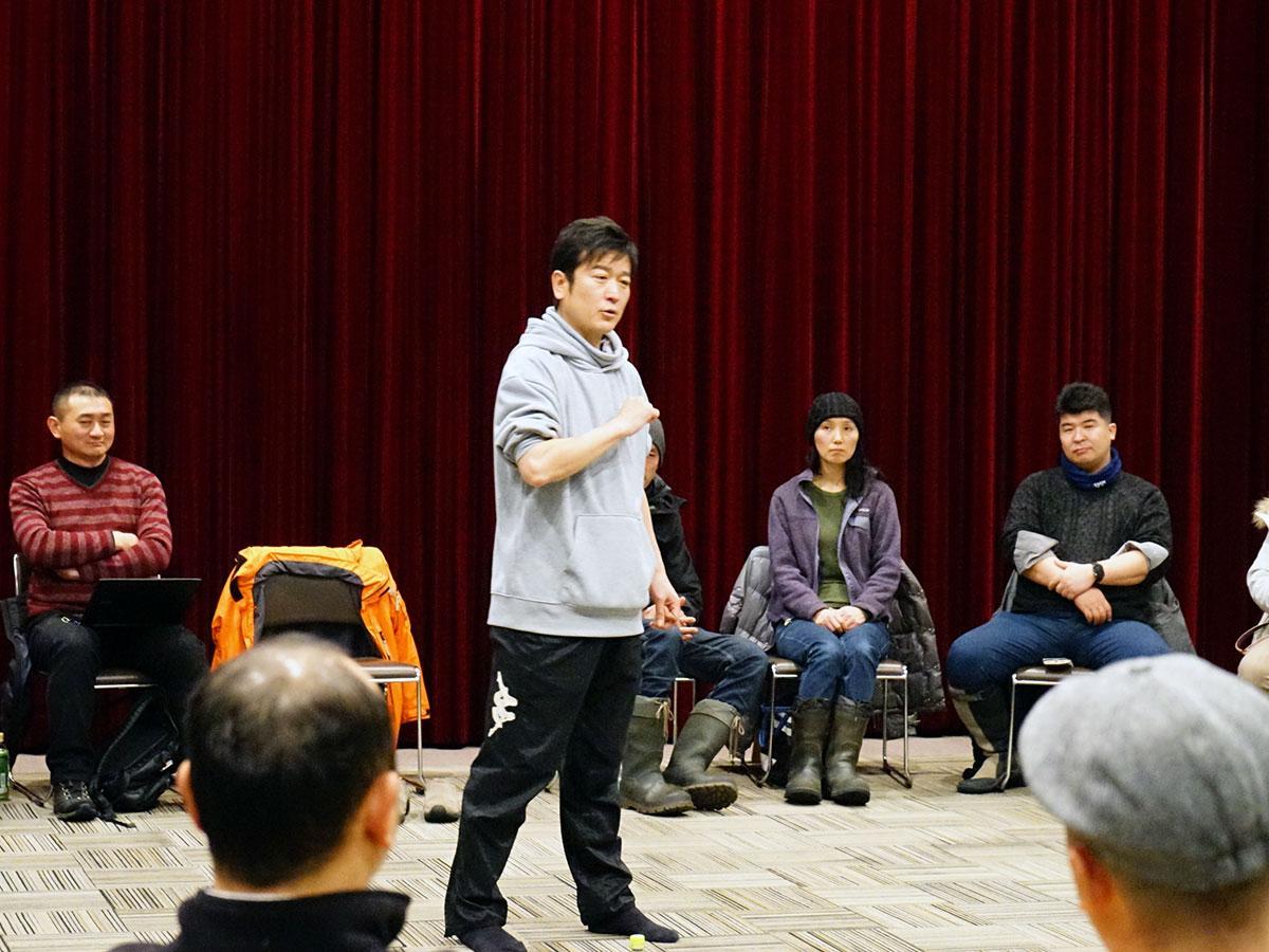 参加者の中心に立ち講演する高橋博之さん