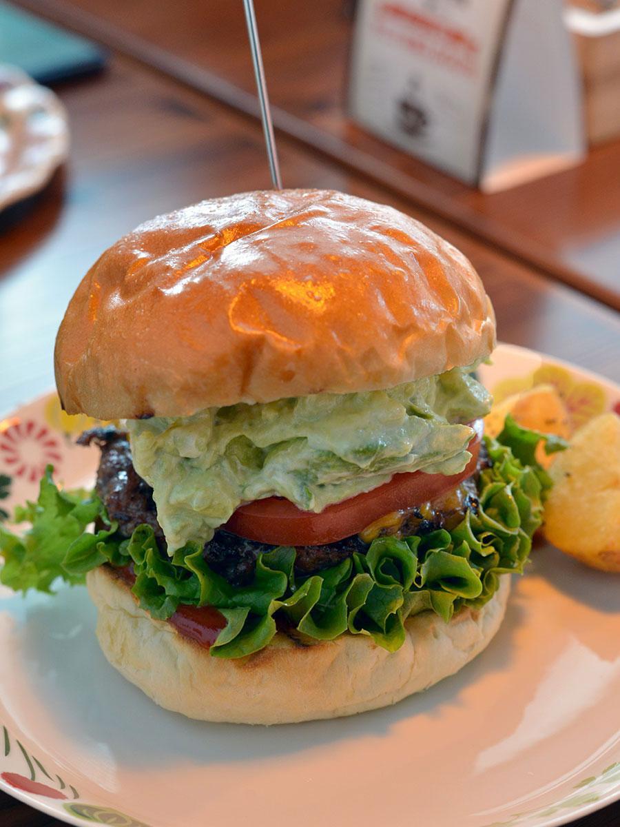 「デュボワ」で人気のハンバーガー「アボガドプレミアム」