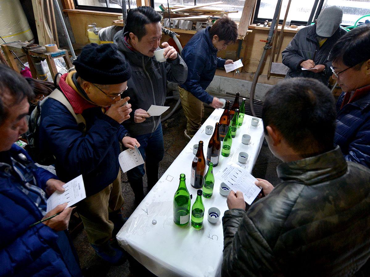 新酒5種の飲み比べに挑戦する参加者たち