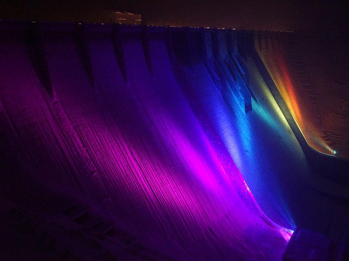 レインボー色にライトアップされた津軽ダム