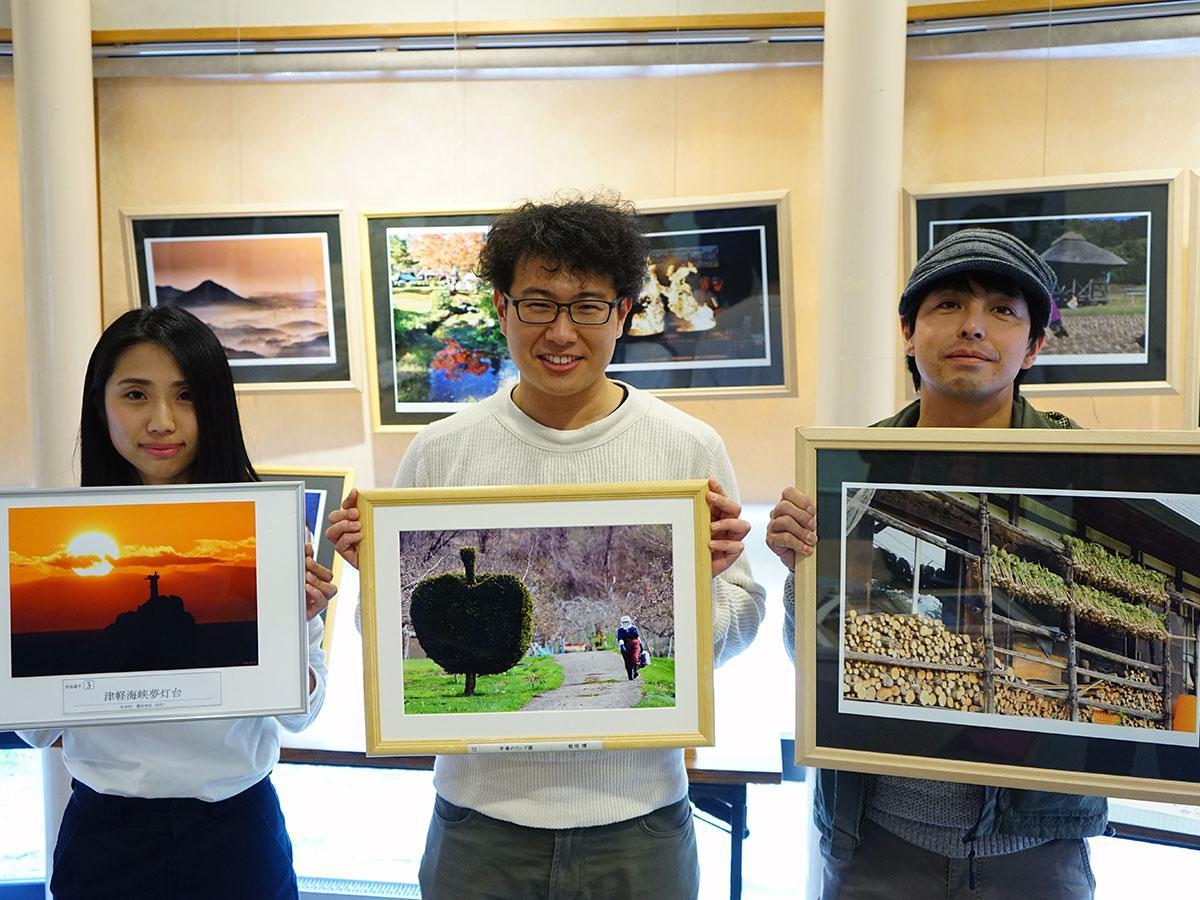 (左から)それぞれ好きな写真を手に持つ、森田奈美子さん、鎌田祥史さん、筒崎靖史さん