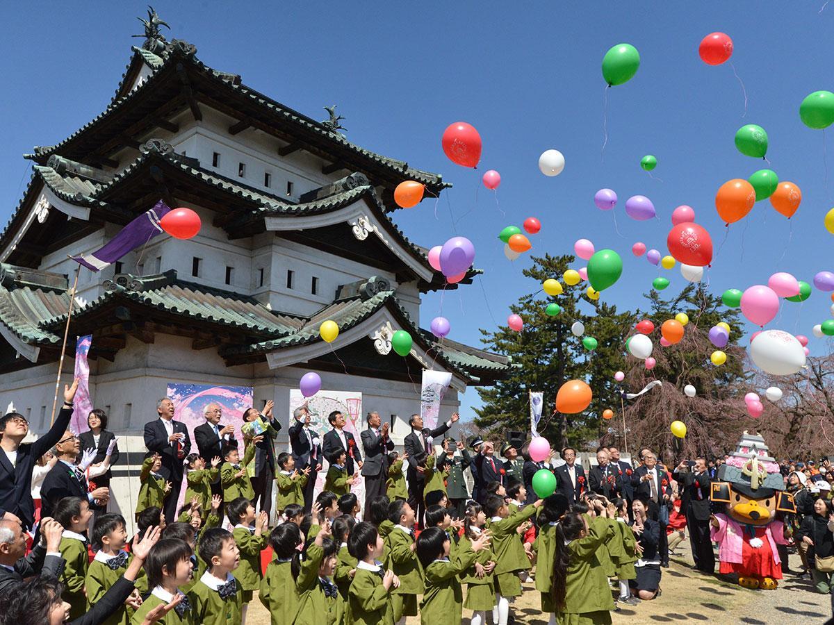 開幕式で弘前城を背景に行われたバルーンリリース