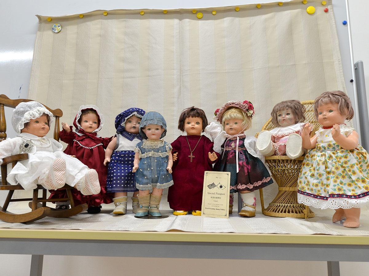 青森県に残る8体の「青い目の人形」を展示。今回見つかった人形は右から4番目