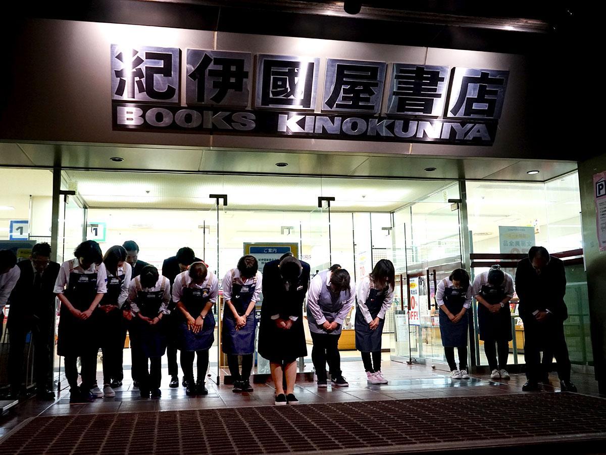 閉店後、従業員らが入り口に整列しあいさつした