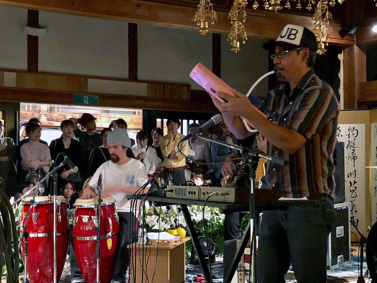 寺院でライブを行うトミー・ゲレロさん