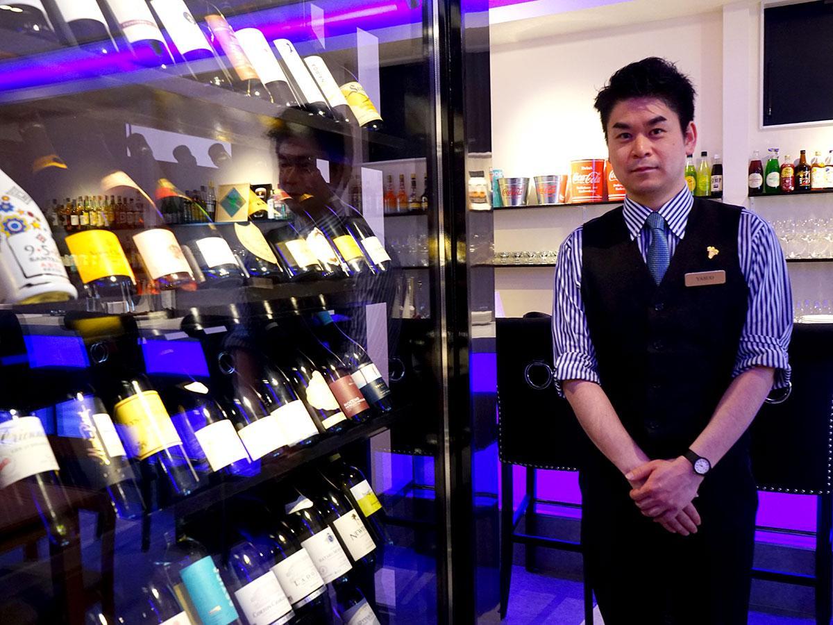 ワインセラーと店主の須藤泰央さん