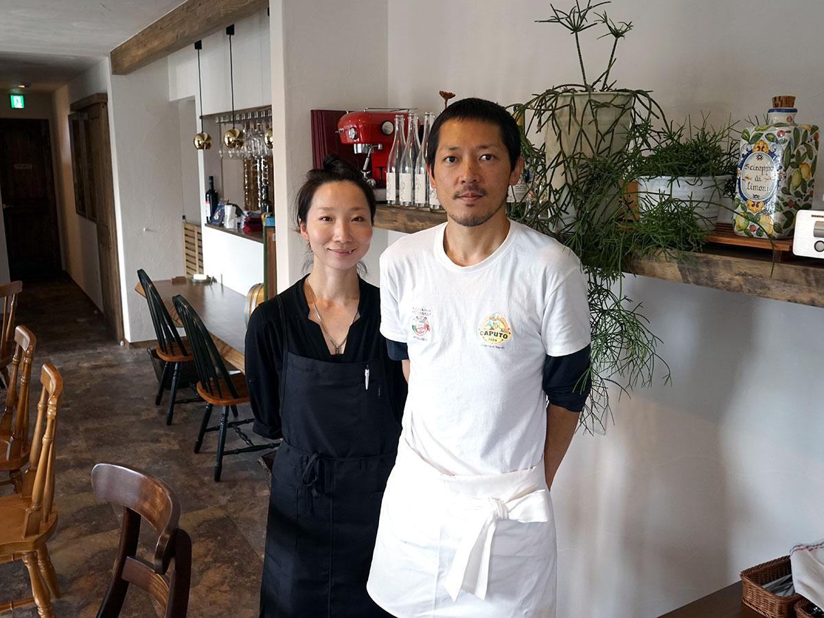 夫婦で切り盛りする成田輝久さん(右)、莉可子さん(左)