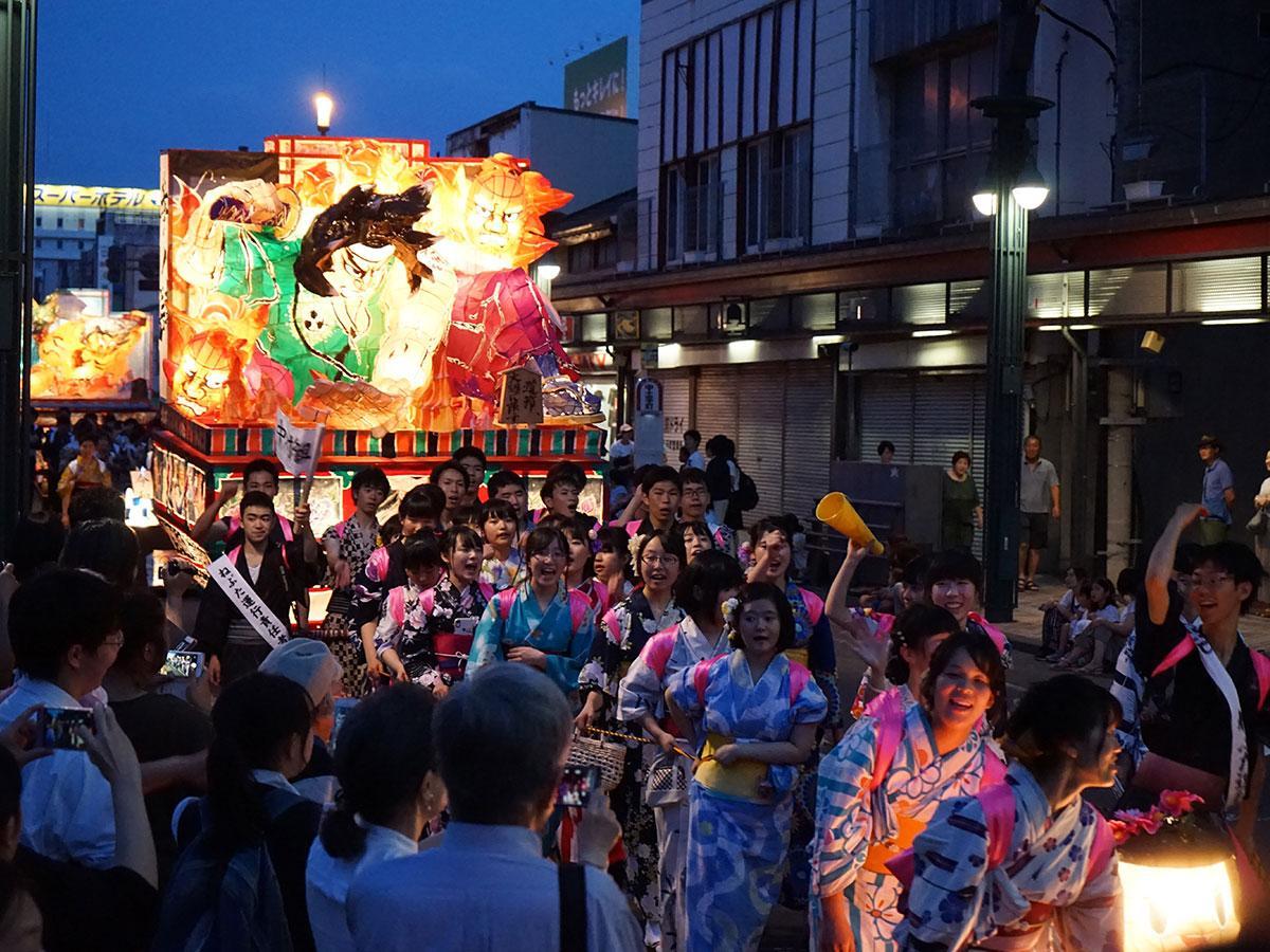弘前高校の生徒らの「弘高ねぷた」。沿道に集まる観衆