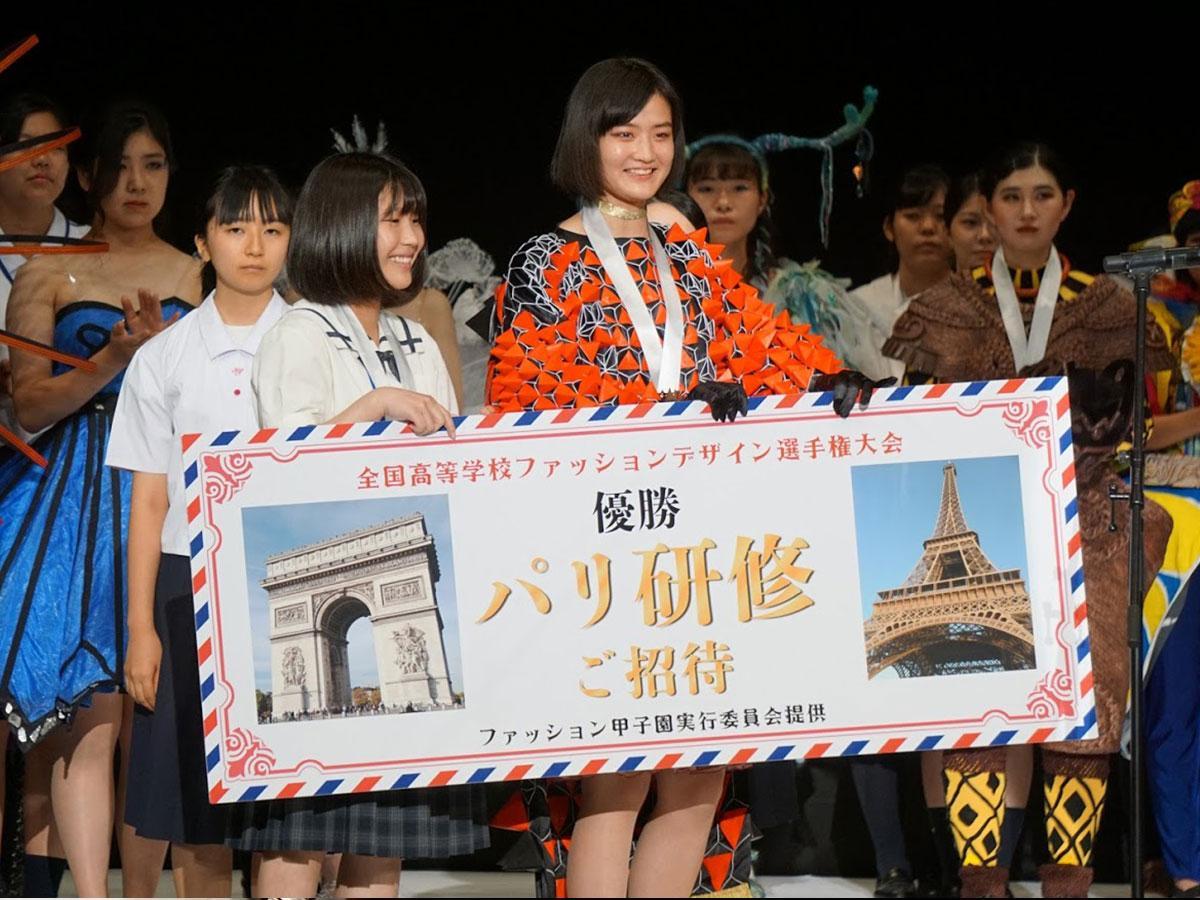 優勝した岡山南高校の守本紗菜さん(左)と藤田萌子さん(右)