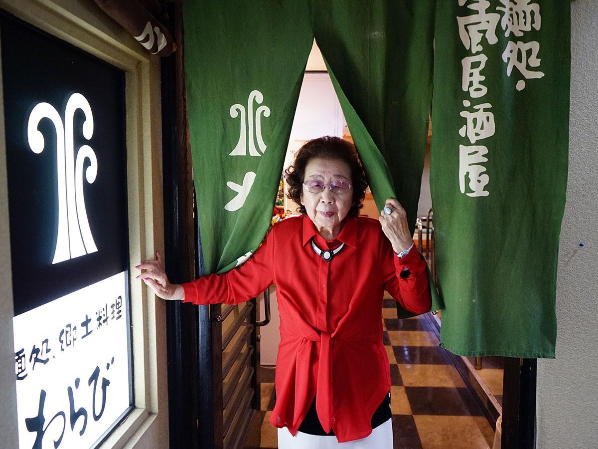 「麺処居酒屋わらび」店主で94歳現役の板垣キミさん