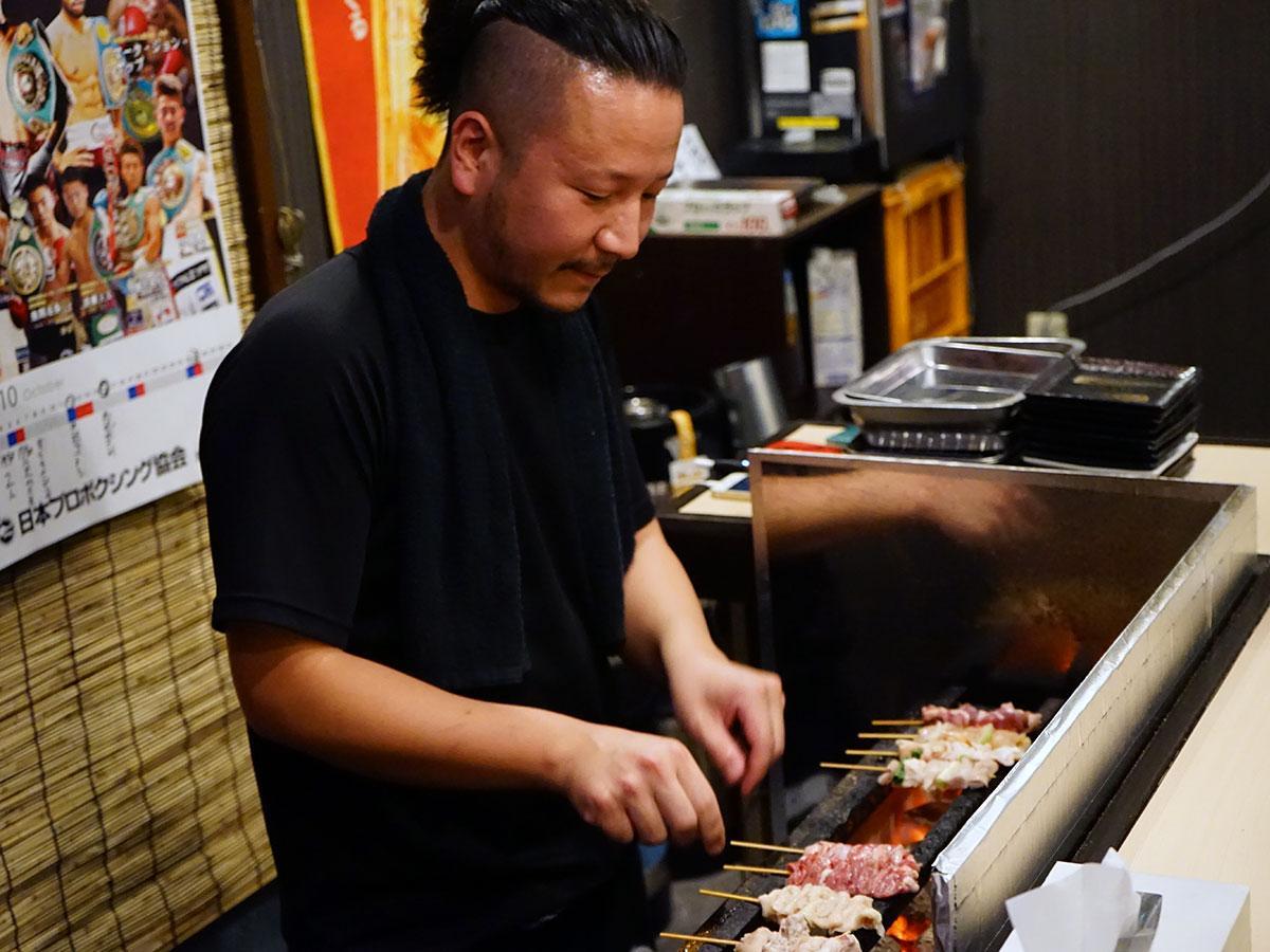 1本、1本丁寧に焼く店主の千葉悠也さん