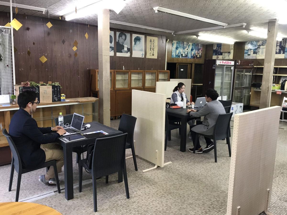 店内。市内を中心に活躍する在宅ワーカーが管理人として常駐する