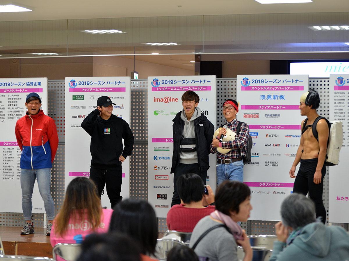 左から根本直弥選手、沼倉幸哉選手、早乙女達海選手、眞口幸太選手、海野捷人選手らによるファッションショー