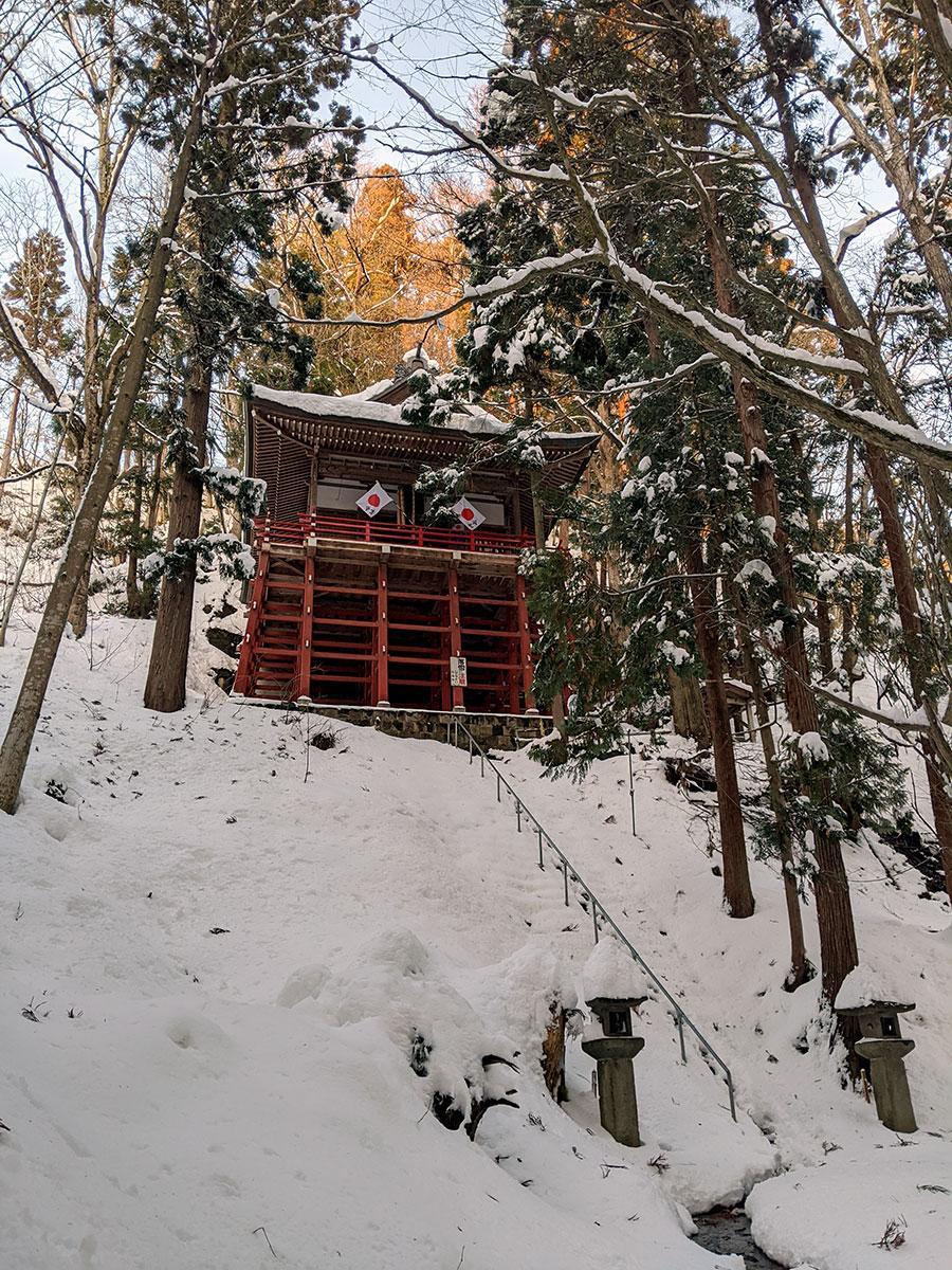 標高140メートルの高さにある多賀神社本殿。京都の清水寺を模して造られている