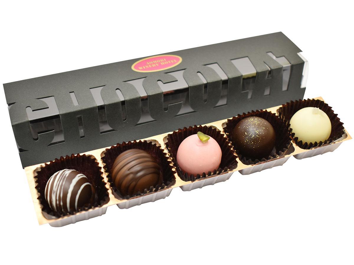 5種類のチョコレートが並ぶ「サンマモルワインボンボンショコラ」