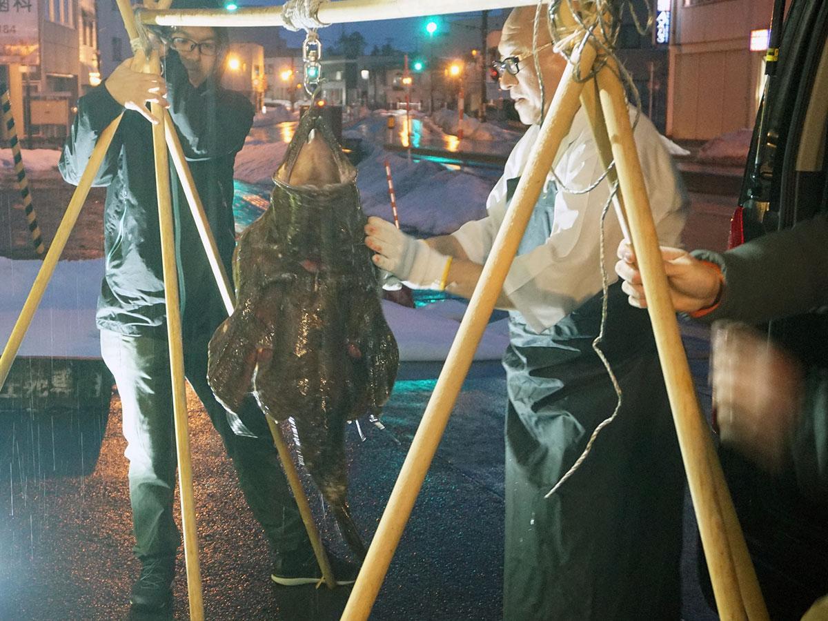 「風間浦鮟鱇を食べる会」で披露した吊るし切り実演