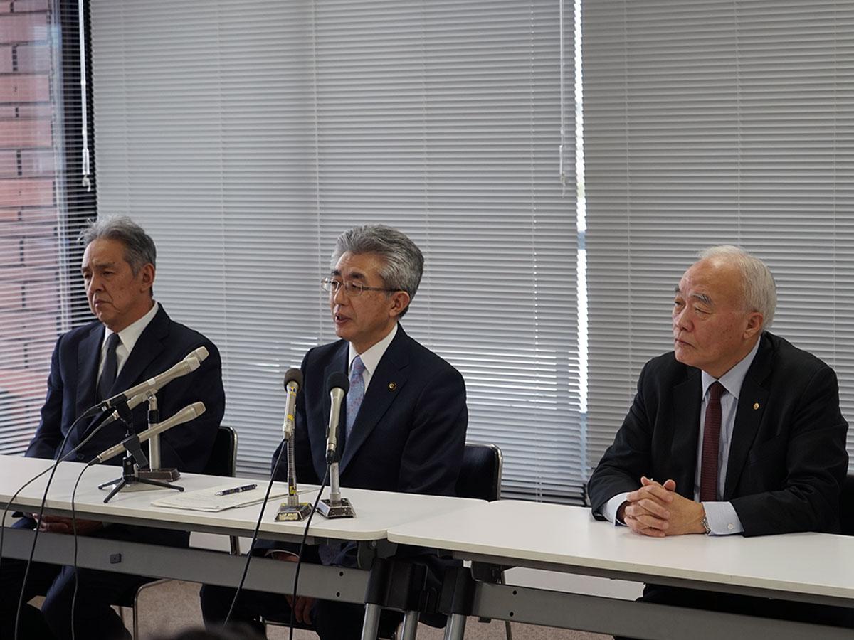 中止を発表した記者会見。中央が櫻田宏弘前市長