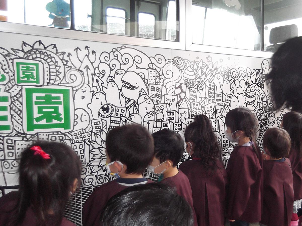 たくさんのキャラクターや動物が描かれたバスに生まれ変わった