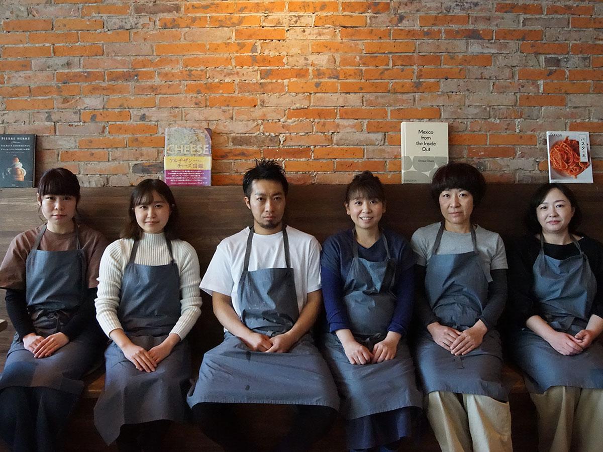 店主の毛利京平さん(左から3番目)と「ピッツェリア ミーア」スタッフ