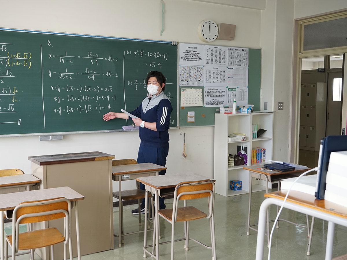 誰もいない教室で授業動画を収録する