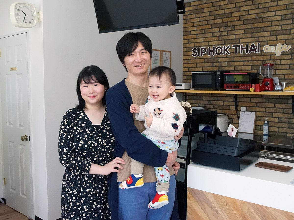 会津将生さん(右)と妻のチャノックナン(プイ)さん(左)