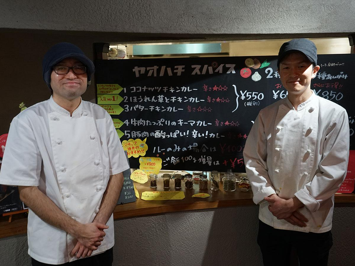 調理担当の今翔平さん(左)とスタッフの酒井慎貴さん(右)