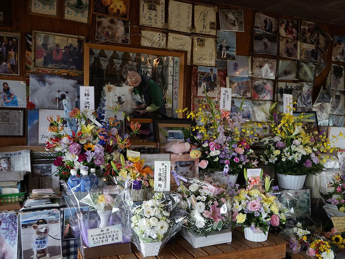 生前のわさおをしのぶ献花や弔問客が絶えないきくや商店