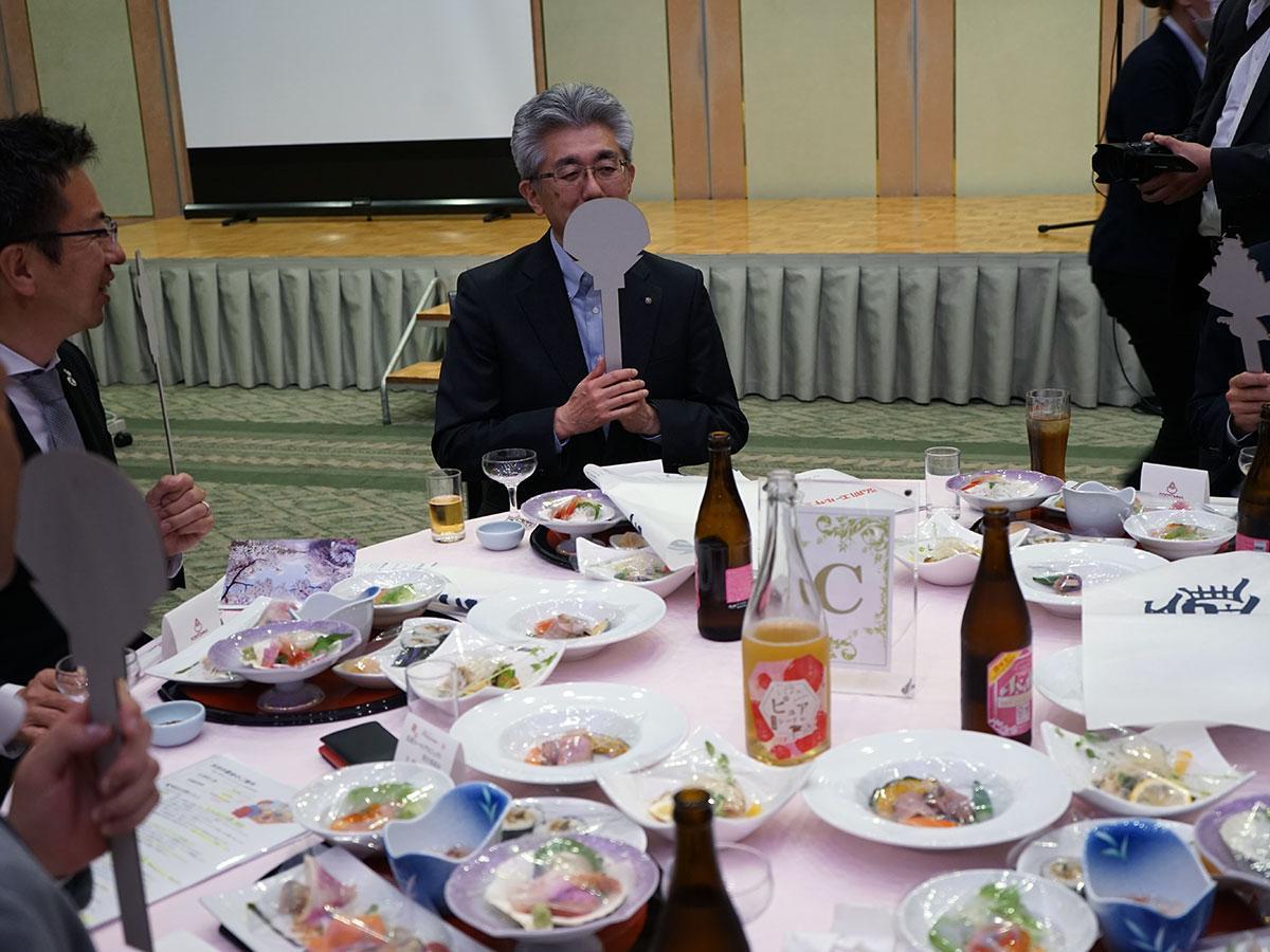 飛沫エチケット棒で口元を隠し会話する。中央は桜田宏弘前市長