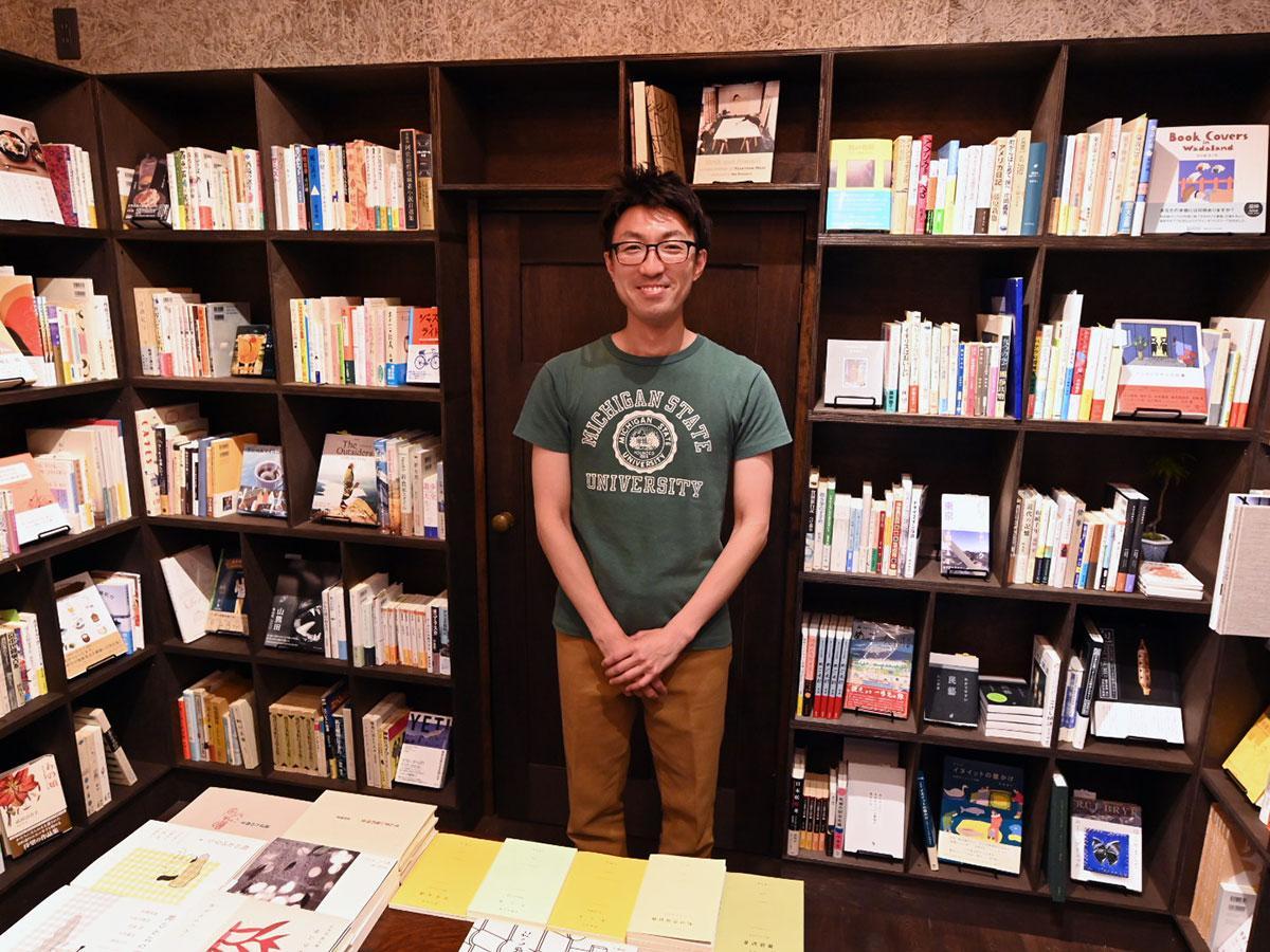 1000冊の書籍が並ぶ店内と店主の奈良匠さん