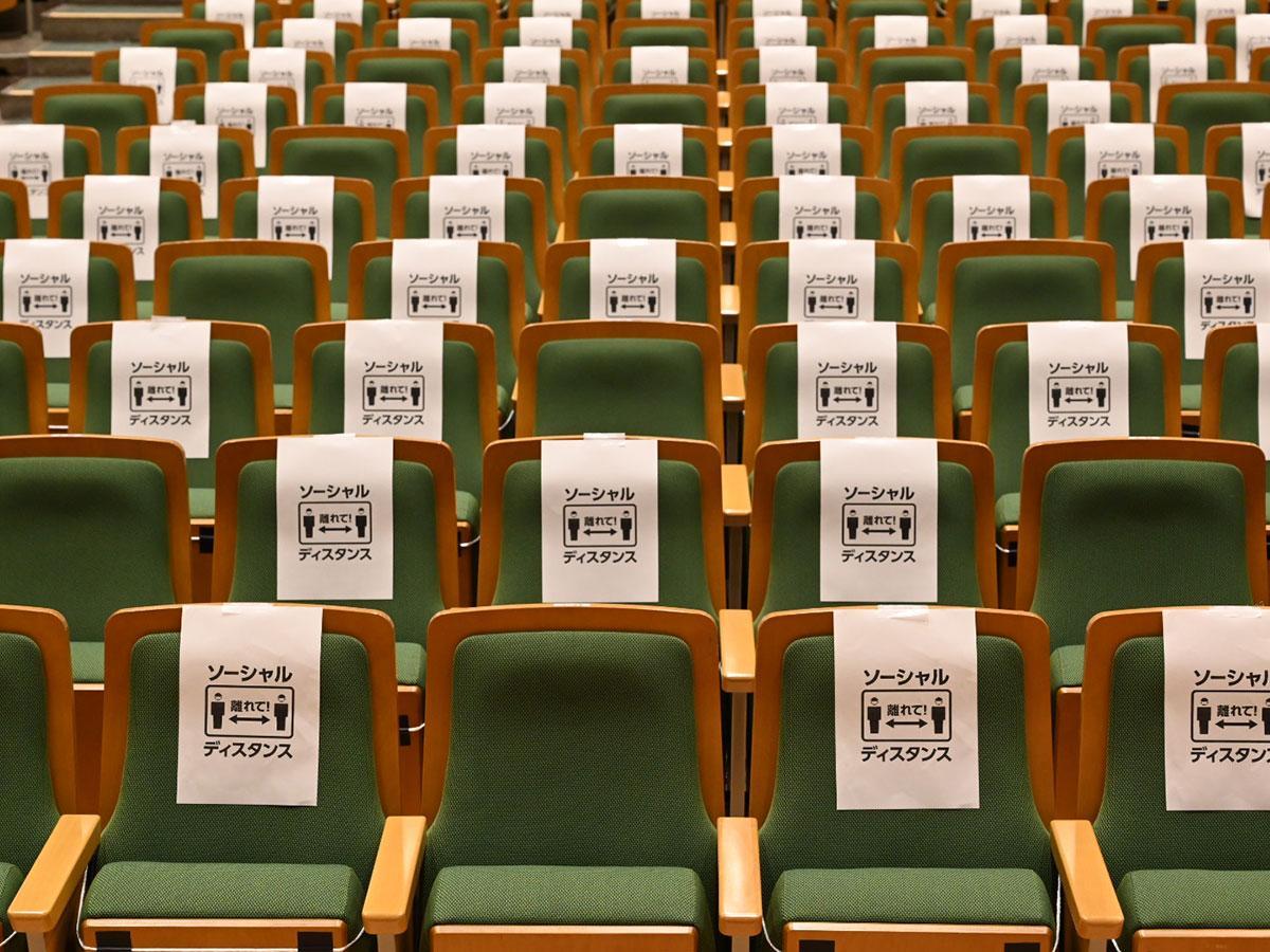 ソーシャルディスタンスを取るため弘前市民会館の客席に貼られている注意書き