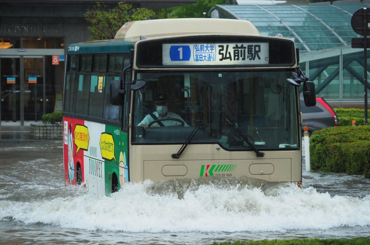 弘前駅前に冠水したロータリーを走るバス。10時頃撮影(写真提供=水(みくまり)分さん)