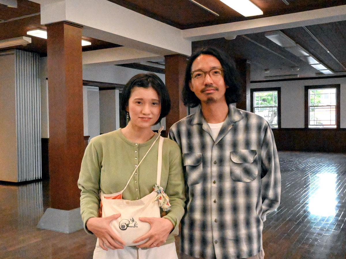 上奥啓さん(右)と志稀さん(左)。手元のウサギとカタツムリの殻は同店のシンボル